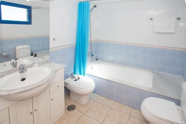 12 / 12: Eines Von 2 Badezimmern