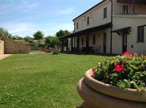 Appartement 611599 voor 3 volwassenen + 1 kind in San Costanzo